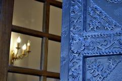 Πόρτα σιδήρου με τη διακόσμηση που χαράζεται Στοκ φωτογραφία με δικαίωμα ελεύθερης χρήσης