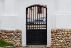 Πόρτα σιδήρου σε έναν άσπρο τοίχο Στοκ Φωτογραφίες