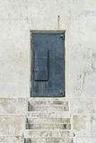 Πόρτα σιδήρου στο κλιμακοστάσιο Στοκ Φωτογραφία