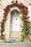 Πόρτα σπιτιών με τα τριαντάφυλλα Στοκ εικόνα με δικαίωμα ελεύθερης χρήσης