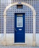 Πόρτα σπιτιών της Λισσαβώνας με τα κεραμίδια azulejos στοκ φωτογραφίες