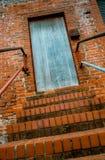 Πόρτα στην κορυφή του σκαλοπατιού στοκ φωτογραφίες