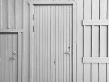 Πόρτα στον ξύλινο τοίχο στοκ φωτογραφίες με δικαίωμα ελεύθερης χρήσης