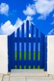 Πόρτα στον τομέα και τον ουρανό Στοκ εικόνες με δικαίωμα ελεύθερης χρήσης