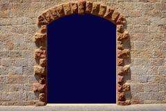 Πόρτα στο αρχαίο λευκό τοίχων πετρών διάστημα αντιγράφων για μια επιγραφή σε μια αψίδα στον τοίχο του ψαμμίτη στοκ εικόνες