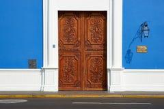 Πόρτα στο μπλε κτήριο Στοκ εικόνες με δικαίωμα ελεύθερης χρήσης