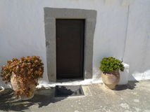 Πόρτα της Ελλάδας Μύκονος που εξωραΐζεται με τα λουλούδια Στοκ φωτογραφίες με δικαίωμα ελεύθερης χρήσης