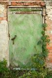 Πόρτα, τοίχος, καταστροφή, παλαιά, πράσινη πόρτα, τούβλο, αλυσίδα Στοκ Εικόνα