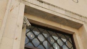 Πόρτα του σπιτιού διαμερισμάτων πολυτέλειας ή του ξενοδοχείου υπό τηλεοπτική επιτήρηση, μουσείο τεχνών απόθεμα βίντεο