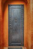 Πόρτα χάλυβα γκρίζα με τα κόκκινα τούβλα Στοκ Φωτογραφίες