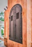 Πόρτα χάλυβα γκρίζα με τα κόκκινα τούβλα Στοκ εικόνα με δικαίωμα ελεύθερης χρήσης