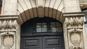 Πόρτες και μπαλκόνι ενός αρχαίου κτηρίου απόθεμα βίντεο
