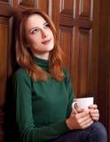 πόρτες καφέ που πίνουν το κορίτσι κοντά στο δάσος Στοκ εικόνες με δικαίωμα ελεύθερης χρήσης