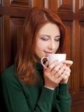 πόρτες καφέ που πίνουν το κορίτσι κοντά στο δάσος Στοκ Εικόνα