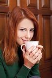 πόρτες καφέ που πίνουν το κορίτσι κοντά στο δάσος Στοκ φωτογραφία με δικαίωμα ελεύθερης χρήσης