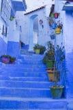 Πόρτες, οδοί, δοχεία, μπλε χρώματα στο μαροκινό χωριό Che Στοκ εικόνα με δικαίωμα ελεύθερης χρήσης