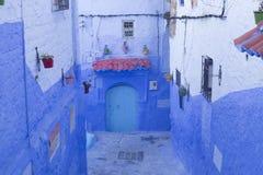 Πόρτες, οδοί, δοχεία, μπλε χρώματα στο μαροκινό χωριό Che Στοκ Φωτογραφίες