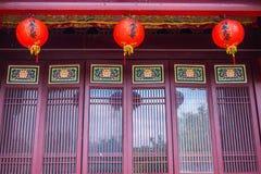 Πόρτες οικοδόμησης παραδοσιακού κινέζικου με τα φανάρια Στοκ Εικόνες