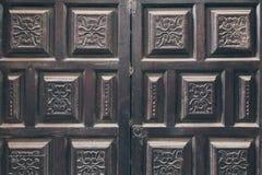 πόρτες που διακοσμούνται μαύρες με το σχέδιο arabesque Στοκ Εικόνες