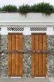 Πόρτες που καλύπτονται και που κλειδώνονται με τις ξύλινες σανίδες στοκ εικόνα