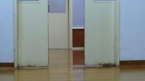 Πόρτες στο δωμάτιο λειτουργίας απόθεμα βίντεο