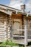 Πόρτες στο ξύλινο κτήριο Στο ιστορικό πάρκο στοκ φωτογραφία με δικαίωμα ελεύθερης χρήσης