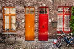 Πόρτες των παλαιών σπιτιών και των ποδηλάτων στην ευρωπαϊκή πόλη Μπρυζ (Μπρυζ στοκ εικόνες