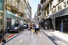 Πόρτο Πορτογαλία 12 Αυγούστου 2017: Η εμπορική οδός κάλεσε Sampaio Bruno στο κέντρο της πόλης με έναν πλανόδιο πωλητή, πολλοί του Στοκ εικόνα με δικαίωμα ελεύθερης χρήσης