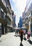 Πόρτο Πορτογαλία 12 Αυγούστου 2017: Η εμπορική οδός με το πάτωμα κυβόλινθων και τα μικρά καταστήματα κάλεσαν την οδό των λουλουδι Στοκ φωτογραφίες με δικαίωμα ελεύθερης χρήσης