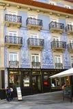 Πόρτο Πορτογαλία 12 Αυγούστου 2017: Η χαρακτηριστική πρόσοψη σπιτιών που διακοσμήθηκε με τα μπλε κεραμίδια στο κέντρο της πόλης σ Στοκ εικόνες με δικαίωμα ελεύθερης χρήσης