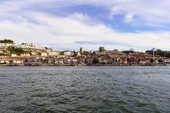 Πόρτο Πορτογαλία 12 Αυγούστου 2017: πανοραμική άποψη της νότιας τράπεζας της εκβολής ποταμών Douro με τις προσόψεις του tha οινοπ Στοκ Φωτογραφία