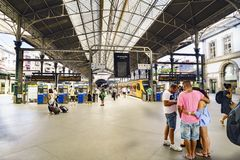 Πόρτο Πορτογαλία 12 Αυγούστου 2017: πλατφόρμες του σιδηροδρομικού σταθμού SAN Benito με πολλούς ταξιδιώτες και νέους που περιμένο Στοκ φωτογραφίες με δικαίωμα ελεύθερης χρήσης