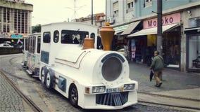 Πόρτο, Πορτογαλία - τον Ιανουάριο του 2018: Χαριτωμένο τραίνο τουριστών Οι τουρίστες σε μια εξόρμηση περιοδεύουν το ιστορικό κέντ φιλμ μικρού μήκους