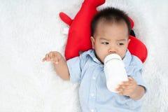 Πόσιμο γάλα μωρών στοκ εικόνες με δικαίωμα ελεύθερης χρήσης