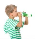 πόσιμο νερό αγοριών Στοκ Φωτογραφία