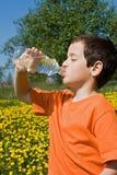 πόσιμο νερό αγοριών στοκ εικόνες με δικαίωμα ελεύθερης χρήσης