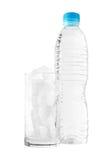 Πόσιμο νερό και πραγματικός πάγος που απομονώνονται στο άσπρο υπόβαθρο στοκ εικόνα με δικαίωμα ελεύθερης χρήσης