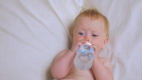 Πόσιμο νερό κοριτσάκι από το μπουκάλι Διατροφή για τα μωρά απόθεμα βίντεο