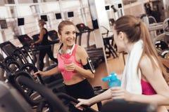 Πόσιμο νερό μητέρων και κορών treadmill στη γυμναστική Φαίνονται ευτυχείς, μοντέρνοι και κατάλληλοι στοκ φωτογραφίες