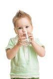 Πόσιμο νερό μωρών από το γυαλί στοκ φωτογραφίες