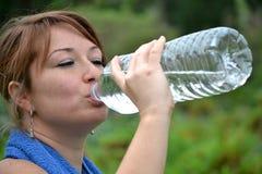 Πόσιμο νερό νέο αθλητριών Στοκ φωτογραφία με δικαίωμα ελεύθερης χρήσης