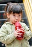 πόσιμο νερό παιδιών Στοκ φωτογραφία με δικαίωμα ελεύθερης χρήσης
