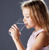 Πόσιμο νερό παιδιών από το γυαλί Στοκ Εικόνες