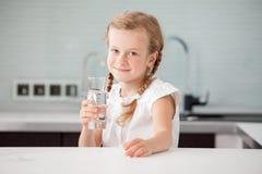 Πόσιμο νερό παιδιών στο σπίτι Στοκ φωτογραφίες με δικαίωμα ελεύθερης χρήσης