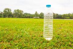 Πόσιμο νερό στο αγωνιστικό χώρο ποδοσφαίρου στοκ φωτογραφία με δικαίωμα ελεύθερης χρήσης