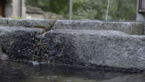 Πόσιμο νερό στο μικρό χωριό που κρύβεται στις ιταλικές ελβετικές Άλπεις κοντά σε Locarno φιλμ μικρού μήκους