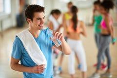 Πόσιμο νερό τύπων στη γυμναστική Στοκ Φωτογραφία