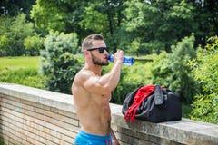 Πόσιμο νερό Muscleman από το πλαστικό μπουκάλι Στοκ φωτογραφίες με δικαίωμα ελεύθερης χρήσης