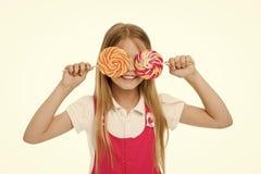 Πόσο γλυκαίνει εντάξει Το χαριτωμένο πρόσωπο χαμόγελου κοριτσιών κρατά τα γλυκά lollipops Το κορίτσι συμπαθεί τα γλυκά ως lollipo στοκ εικόνες με δικαίωμα ελεύθερης χρήσης