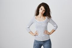 Πόσο καιρό πρέπει να πάσχει από την πλήξη Κουρασμένο και ταϊσμένο επάνω χαριτωμένο καυκάσιο θηλυκό πρότυπο με τα σγουρά χέρια εκμ Στοκ φωτογραφία με δικαίωμα ελεύθερης χρήσης